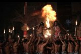 Seniman dari Sanggar Cak Rina Gianyar menampilkan Tari Kecak berjudul Salah Paham dalam pagelaran tari kontemporer Festival Seni Bali Jani 2019 di Taman Budaya Bali, Denpasar, Bali, Kamis (7/11/2019). Tari Kecak yang memadukan tarian tradisional dengan modern tersebut diikuti 60 seniman dalam upaya pengembangan kesenian sekaligus melestarikan Tarian Kecak. ANTARA FOTO/Nyoman Hendra Wibowo/nym