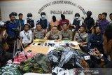 Kabid Humas Polda Aceh Kombes Pol. Ery Apriyono (ketiga kiri) didampingi Direktur Reserse Kriminal Khusus, Kombes Pol T Saladin (ketiga kanan) menghadirkan dua tersangka beserta sejumlah barang bukti saat gelar kasus di Banda Aceh, Aceh, Kamis (7/11/2019). Polisi menangkap dua tersangka yang menjadi buronan selama tiga bulan terakhir, sedangkan empat orang lainnya masih dalam pengejaran di kabupaten Bireuen, Aceh tersebut, terkait dugaan penyebar rasisme disertai ancaman kekerasan dan mengamankan sejumlah barang bukti, senjata pistol rakitan beserta peluru, pakaian loreng, sejumlah spanduk, bendera serta surban motif putih dan hitam. Antara/Ampelsa.