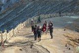 Wisatawan berada di kaldera kawah Gunung Ijen, Banyuwangi, Jawa Timur, Kamis (7/11/2019). Pendakian Gunung Ijen yang sebelumnya ditutup selama 18 hari akibat kebakaran hutan, mulai tanggal (7/11) telah resmi dibuka. Antara Jatim/Budi Candra Setya/zk.