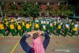 Murid SD Kartika X-1 melakukan simulasi pengamanan gempa saat program sehari belajar diluar kelas di Bandung, Jawa Barat, Kamis (7/11/2019). Sehari belajar diluar kelas yang serentak diadakan di seluruh Indonesia tersebut  digelar dalam rangka memperingati Hari Anak Internasional. ANTARA JABAR/Raisan Al Farisi/agr