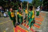 Murid SD Kartika X-1 bermain egrang saat program sehari belajar diluar kelas di Bandung, Jawa Barat, Kamis (7/11/2019). Sehari belajar diluar kelas yang serentak diadakan di seluruh Indonesia tersebut  digelar dalam rangka memperingati Hari Anak Internasional. ANTARA JABAR/Raisan Al Farisi/agr