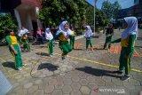 Murid SD Kartika X-1 bermain lompat karet saat program sehari belajar diluar kelas di Bandung, Jawa Barat, Kamis (7/11/2019). Sehari belajar diluar kelas yang serentak diadakan di seluruh Indonesia tersebut  digelar dalam rangka memperingati Hari Anak Internasional. ANTARA JABAR/Raisan Al Farisi/agr