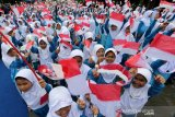 Pelajar Madrasah Ibtidaiyah Negeri (MIN) 5 Banda Aceh mengibarkan-ngibarkan bendera merah putih pada pencanangan sekolah ramah anak di Banda Aceh, Aceh, Kamis (7/11/2019). Sekolah ramah anak merupakan satuan pendidikan formal, nonformal dan informal yang aman, bersih, sehat, peduli dan berbudaya lingkungan hidup serta menghargai hak hak anak maupun perlindungan dari diskriminasi hingga kekerasan di lingkup sekolah. Antara Aceh/Irwansyah Putra.