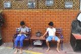 Dua orang anak duduk di salah satu sudut Kampung Wisata Heritage, Kayutangan, Malang, Jawa Timur, Kamis (7/11/2019).  Warga di pemukiman tersebut merubah lingkungannya menjadi kampung wisata dengan mengandalkan keunikan bangunan bersejarah dipadu dengan kumpulan barang antik untuk menarik wisatawan agar datang berkunjung. Antara Jatim/Ari Bowo Sucipto/zk.