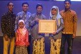 Supriyadi dan Paryanti meraih penghargaan Orang Tua Hebat Kemendikbud