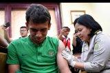 Petugas menyuntikkan vaksin polio kepada pemain Timnas U23 Egy Maulana Vikri di Jakarta, Jumat (8/11/2019). Jelang keberangkatan ke SEA Games 2019 FIlipina pada akhir November, Timnas U23 beserta ofisial mendapatkan vaksin polio sebagai antisipasi virus polio yang mewabah di sejumlah daerah di Filipina. ANTARA FOTO/Sigid Kurniawan/nym.