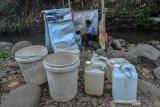 Warga mengambil  di mata air aliran Sungai Cipalih, Dusun Warung Kulon , Imbanegara Raya, Kabupaten Ciamis, Jawa Barat, Jumat (8/11/2019). Akibat musim kemarau panjang dan sejumlah mata air milik warga dikampung tersebut mengering terpaksa warga mendirikan jamban darurat tidak layak pakai untuk kepentingan Mandi, Cuci, dan Kakus (MCK). ANTARA JABAR/Adeng Bustomi/agr