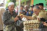 Warga Palu borong  kebutuhan pokok di bazar murah