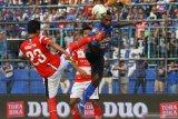 Pesepak bola Arema FC, Riki Kayame (kanan) berebut bola di udara dengan pesepak bola Madura United, Kadek Raditya Maheswara (kiri) dalam pertandingan Liga I di Stadion Kanjuruhan, Malang, Jawa Timur, Jumat (8/11/2019).Arema menaklukkan Madura United dengan skor akhir 2-0. Antara Jatim/Ari Bowo Sucipto/zk.