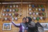 Pengunjung melakukan swafoto dalam  Festival Panawijen di Malang, Jawa Timur, Sabtu (9/11/2019). Festival  yang menampilkan berbagai kegiatan lomba tari dan lomba lukis topeng seperti tersebut diadakan untuk mengenalkan budaya Topeng Panji kepada pengunjung. Antara Jatim/Ari Bowo Sucipto/zk.
