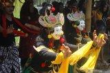 Seniman memperagakan tari topeng dalam Festival Panawijen di Malang, Jawa Timur, Sabtu (9/11/2019). Festival  yang menampilkan berbagai kegiatan lomba tari dan lomba lukis topeng seperti tersebut diadakan untuk mengenalkan budaya Topeng Panji kepada pengunjung. Antara Jatim/Ari Bowo Sucipto/zk.
