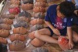 Seorang anak mengikuti lomba melukis topeng dalam Festival Panawijen di Malang, Jawa Timur, Sabtu (9/11/2019). Festival  yang menampilkan berbagai kegiatan lomba tari dan lomba lukis topeng seperti tersebut diadakan untuk mengenalkan budaya Topeng Panji kepada pengunjung. Antara Jatim/Ari Bowo Sucipto/zk.