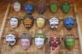 Pengunjung melihat kumpulan topeng panji dalam Festival Panawijen di Malang, Jawa Timur, Sabtu (9/11/2019). Festival  yang menampilkan berbagai kegiatan lomba tari dan lomba lukis topeng seperti tersebut diadakan untuk mengenalkan budaya Topeng Panji kepada pengunjung. Antara Jatim/Ari Bowo Sucipto/zk.