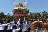 Sejumlah orang berebut jajanan tradisional yang dirangkai dalam bentuk gunungan di Alun-alun Kota Madiun, Jawa Timur, Sabtu (9/11/2019). Gunungan yang terbuat dari rangkaian jajanan tradisional dan hasil bumi yang diperebutkan warga tersebut merupakan rangkaian kegiatan Grebeg Maulid yang digelar Pemkot Madiun untuk memperingati Maulid Nabi Muhammad SAW. Antara Jatim/Siswowidodo/zk.