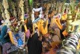 Warga mengikuti acara Baayun untuk memperingati Maulid Nabi Muhammad SAW di halaman Kubah Habib Basirih, Banjarmasin, Kalimantan Selatan, Sabtu (9/11/2019). Baayun Maulid yang merupakan kegiatan mengayun bayi atau anak dengan membaca syair maulid tersebut diikuti ratusan peserta untuk memperingati hari kelahiran Nabi Muhammad SAW. Foto Antaranews Kalsel/Bayu Pratama S.