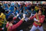 Umat Islam menampilkan Tari Rodat dalam pawai memperingati Maulid Nabi Muhammad SAW 1441 H di Kampung Islam Kepaon, Denpasar, Bali, Sabtu (9/11/2019). Pawai keliling kampung tersebut diikuti ribuan umat Islam dengan diisi berbagai pertunjukkan seperti marching band, kesenian rodat, pencak silat, parade kuda peserta khitanan dan mengarak telur hias. ANTARA FOTO/Nyoman Hendra Wibowo/nym.