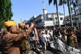 Sejumlah prajurit veteran menyambut peserta parade saat Parade Surabaya Juang di Jalan Tunjungan, Surabaya, Jawa Timur, Sabtu (9/11/2019). Parade tersebut digelar dalam rangka menyambut Hari Pahlawan.  Antara Jatim/Zabur Karuru