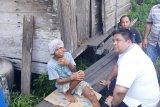 Polisi dan masyarakat Kotim bahu-membahu membangun rumah warga tidak mampu