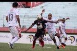 Pesepak bola Persipura Yustinus Pae (kedua kiri) mendapat hadangan pesepak bola Bali United Leonard Tupamahe (kedua kanan) pada lanjutan Liga 1 2019 di Stadion Gelora Delta Sidoarjo, Jawa Timur, Senin (11/11/2019). Persipura bermain imbang melawan Bali United dengan skor akhir 2-2. ANTARA FOTO/Umarul Faruq/nym.