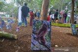 Pengunjung mengamati gambar berbagai macam jenis binatang dan tanaman langka yang sudah diwarnai oleh pengunjung pada Kampanye Cinta Puspa dan Satwa Nasional di Taman Kota Cigembor, Kabupaten Ciamis, Jawa Barat, Minggu (10/11/2019). Kampanye Cinta Puspa dan Satwa Nasional yang digelar oleh lintas komunitas Ciamis, untuk mengajak masyarakat melindungi habitat satwa dan kawasan konservasi di Indonesia serta berpatisipasi mencegah kejahatan satwa dilindungi. ANTARA JABAR/Adeng Bustomi/agr