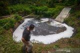 Seorang warga mengamati limbah industri di Sungai Cihaur yang bermuara ke Sungai Citarum di Padalarang, Kabupaten Bandung Barat, Jawa Barat, Senin (11/11/2019). Kementerian Koordinator Bidang Kemaritiman mencatat, saat ini dari 1.629 industri yang beroperasi di sepanjang Sungai Citarum, 185 diantaranya tidak memiliki fasilitas IPAL dan 1.286 perusahaan tidak terdata memiliki fasilitas tersebut. ANTARA JABAR/Raisan Al Farisi/agr