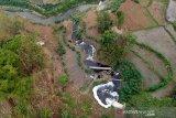 Foto udara limbah industri di Sungai Cihaur yang bermuara ke Sungai Citarum di Padalarang, Kabupaten Bandung Barat, Jawa Barat, Senin (11/11/2019). Kementerian Koordinator Bidang Kemaritiman mencatat, saat ini dari 1.629 industri yang beroperasi di sepanjang Sungai Citarum, 185 diantaranya tidak memiliki fasilitas IPAL dan 1.286 perusahaan tidak terdata memiliki fasilitas tersebut. ANTARA JABAR/Raisan Al Farisi/agr