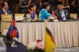Gubernur Jawa Barat Ridwan Kamil (kanan) berbincang dengan President China - Asean Association Gu Xiulian (tengah) saat pembukaan Konferensi China - Asean ke 12 di Kota Baru Parahyangan, Kabupaten Bandung Barat, Jawa Barat, Senin (11/11/2019). Konferensi yang diadakan setiap dua tahun sekali tersebut diikuti oleh organisasi non pemerintah di China dan 10 Negara anggota Asean dengan tujuan untuk mempromosikan untuk mempromosikan persahabatan masyarakat di Asean dan China pada aspek ekonomi, sosial dan budaya. ANTARA JABAR/Raisan Al Farisi/agr