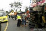 Diduga rem bolong truk boks bermuatan ATK hantam mobil Avanza di Puncak