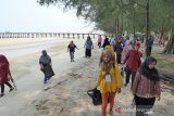 Warga Pulau Rupat bersihkan sampah plastik yang cemari objek wisata Pantai Tanjung Lapin