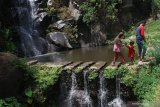 Wisatawan berekreasi bersama keluarganya di kawasan wisata hutan lindung Coban Putri, Batu, Jawa Timur, Selasa (12/11/2019). Perum Perhutani Indonesia mencatat, program pengembangan kawasan wisata hutan di berbagai daerah menjadi pendongkrak kenaikan laba bersih dari Rp216 milliar di tahun 2017 menjadi Rp654 milliar di tahun 2018 atau naik sebesar 49.31 persen dan diperkirakan akan terus meningkat di akhir tahun 2019. Antara Jatim/Ari Bowo Sucipto/zk