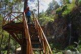 Wisatawan melakukan swafoto di kawasan wisata hutan lindung Coban Putri, Batu, Jawa Timur, Selasa (12/11/2019).Perum Perhutani Indonesia mencatat, program pengembangan kawasan wisata hutan di berbagai daerah menjadi pendongkrak kenaikan laba bersih dari Rp216 milliar di tahun 2017 menjadi Rp654 milliar di tahun 2018 atau naik sebesar 49.31 persen dan diperkirakan akan terus meningkat di akhir tahun 2019. Antara Jatim/Ari Bowo Sucipto/zk