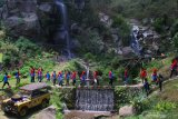 Wisatawan berekreasi bersama rekan-rekannya di kawasan wisata hutan lindung Coban Putri, Batu, Jawa Timur, Selasa (12/11/2019). Perum Perhutani Indonesia mencatat, program pengembangan kawasan wisata hutan di berbagai daerah menjadi pendongkrak kenaikan laba bersih dari Rp216 milliar di tahun 2017 menjadi Rp654 milliar di tahun 2018 atau naik sebesar 49.31 persen dan diperkirakan akan terus meningkat di akhir tahun 2019. Antara Jatim/Ari Bowo Sucipto/zk
