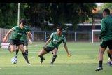 Pesepak bola Timnas U-23 Indonesia melakukan latihan di Lapangan Gelora Samudra, Kuta, Bali, Selasa (12/11/2019). Latihan tersebut dilakukan sebagai persiapan jelang SEA Games 2019 di Filipina sekaligus menjelang pertandingan uji coba melawan Timnas U-23 Iran di Stadion Kapten I Wayan Dipta Gianyar pada Rabu (13/11). ANTARA FOTO/Fikri Yusuf/nym.