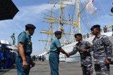 Panglima Koarmada II Laksamana Muda TNI Heru Kusmanto (kedua kiri) bersama Gubernur Akademi Angkatan Laut (AAL) Laksamana Muda TNI Edi Sucipto (kiri) menyambut  Komandan KRI Bima Suci Letkol Laut (P) Waluyo (kedua kanan) ketika KRI Bima Suci bersandar di Dermaga Madura Koarmada II, Ujung Surabaya, Surabaya, Jawa Timur, Selasa (12/11/2019). Kapal layar latih tersebut tiba di Surabaya setelah 99 hari pelayaran dalam rangka melaksanakan Pelayaran DIplomasi Duta Bangsa dan Satlat Kartika Jala Krida Taruna AAL angkatan ke-66 di sembilan negara di Asia dan Australia.  Antara Jatim/Zabur Karuru