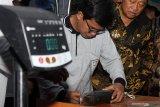 Petugas mengukur panjang bandeng kawak saat penimbangan bandeng kawak di Dinas Kelautan dan Perikanan Sidoarjo, Jawa Timur, Selasa (12/11/2019). Kegiatan timbang dan lelang bandeng yang digelar setiap tahun tersebut bertujuan untuk untuk memotivasi pembudidaya bandeng kawak yang merupakan potensi budidaya perikanan di Kabupaten Sidoarjo. Antara Jatim/Umarul Faruq/zk