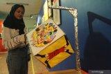 Pengunjung melihat seni instalasi berjudul