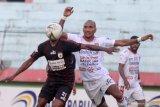 Pesepak bola Persipura Yustinus Pae (kedua kiri) mendapat hadangan pesepak bola Bali United Leonard Tupamahe (kedua kanan) pada lanjutan Liga 1 2019 di Stadion Gelora Delta Sidoarjo, Jawa Timur, Senin (11/11/2019). Persipura bermain imbang melawan Bali United dengan skor akhir 2-2. Antara Jatim/Umarul Faruq/zk
