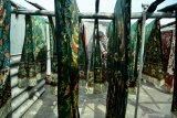 Pekerja menjemur kain batik tulis di sebuah industri rumahan di Kampoeng Batik Jetis, Sidoarjo, Jawa Timur, Selasa (12/11/2019). Produksi batik pada musim kemarau seperti saat ini meningkat hingga 50 persen dibanding saat musim hujan, karena proses pengeringan lebih cepat. Antara Jatim/Umarul Faruq/zk
