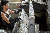 Pekerja melakukan pencucian pada batik tulis di sebuah industri rumahan di Kampoeng Batik Jetis, Sidoarjo, Jawa Timur, Selasa (12/11/2019). Produksi batik pada musim kemarau seperti saat ini meningkat hingga 50 persen dibanding saat musim hujan, karena proses pengeringan lebih cepat. Antara Jatim/Umarul Faruq/zk