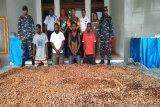 TNI-AL tangkap warga PNG bersama 12 karung coklat ilegal