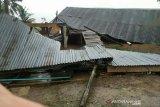 Akibat angin puting beliung, puluhan rumah di Banyuasin rusak parah