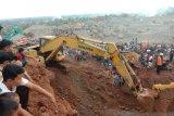 Sejumlah pekerja tertimbun material di kawasan tambang tanah Gunuang Sariak Padang