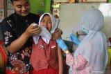 Petugas medis melakukan imunisasi difteri pada siswa di Sekolah Dasar Tanjungrejo 2, Malang, Jawa Timur, Rabu (14/11/2019). Imunisasi tersebut dilakukan di sejumlah sekolah untuk mengantisipasi penyebaran difteri pasca ditemukannya ratusan pelajar dan guru yang positif carrier atau pembawa bakteri difteri beberapa waktu lalu. Antara Jatim/Ari Bowo Sucipto/zk