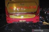 Kondisi bus arimbi yang hancur pascakecelakaan di Jalan Tol Cipali kilometer 117 di Kabupaten Subang, Jawa Barat, Kamis (14/11/2019) dini hari. ANTARA FOTO/Dokumentasi Polres Subang/rai/agr