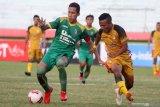 Pesepak bola Sriwijaya FC Ambrizal (kiri) mendapat hadangan pesepak bola Mitra Kukar Adi Bayauw (kanan) pada Delapan Besar Liga 2 2019 di Stadion Gelora Delta Sidoarjo, Jawa Timur, Rabu (13/11/2019). Mitra Kukar bermain imbang melawan Sriwijaya FC dengan skor akhir 1-1. Antara Jatim/Umarul Faruq/zk.