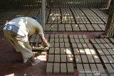 Pekerja mpersiapkan tanah liat saat proses pembuatan batu bata di salah satu usaha pabrik batu bata Desa Tanjung Selamat, Kecamatan Darussalam, kabupaten Aceh Besar, Aceh Jumat (15/11/2019). Pemerintah Aceh melalui keputusan Gubernur Aceh No.560/1774/2019 tanggal 1 November Tahun 2019 menetapkan upah minimum provinsi (UMP) sebesar Rp 3,1 juta atau naik sekitar 8,5 persen dibanding tahun sebelumnya sebesar Rp 2,9 juta yang mulai berlaku Januari tahun 2020. Antara Aceh/Ampelsa.