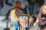 Petinju Afrika Selatan, Michael Mokoena (kiri) melakukan latihan jelang pertandingan di Batu, Jawa Timur, Jumat (15/11/2019). Petinju Afrika Selatan Michael Mokoena akan berhadapan dengan petinju Indonesia, Daud Yordan dalam perebutan gelar juara dunia  tinju kelas ringan super 63,50 kilogram versi International Boxing Association (IBA) dan World Boxing Organization (WBO) di Batu pada tanggal 17 November 2019. Antara Jatim/Ari Bowo Sucipto/zk.