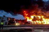 Petugas berusaha memadamkan api yang membakar ratusan gerbong kereta non-aktif milik PT Kereta Api Indonesia di Stasiun Cikaum, Subang, Jawa Barat, Kamis (14/11/2019). Kebakaran tersebut menghanguskan 122 gerbong kereta. Penyebab kebakaran hingga kini masih dalam penyelidikan pihak berwajib. ANTARA FOTO/Bambang Hermansyah/mic/agr