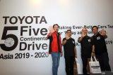 President Director PT Toyota-Astra Motor (TAM) Yoshihiro Nakata (kiri) dan Vice President Director TAM Henry Tanoto (kanan) berfoto bersama Team 2 Road Captain of 5 Continents Drive in Indonesia Kazuaki Abiru (kedua kanan) dan Vice Captain Kazuo Matsukawa (kedua kiri) pada acara penyambutan tim project Toyota 5 Continent Drive Asia 2019-2020 di Surabaya, Jawa Timur, Jumat (15/11/2019). Perjalanan 5 Continent Drive di Indonesia yang mengusung semangat