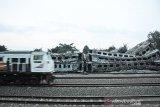 Suasana gerbong kereta bekas yang hangus terbakar di area konservasi di Stasiun Cikaum, Subang, Jawa Barat, Jumat (15/11/2019). PT KAI Daop 3 mengatakan sekitar 50 dari 200 gerbong kereta bekas yang hangus terbakar pada Kamis (14/112019) merupakan kereta yang sudah tidak bisa dioperasikan dan telah berusia lebih dari 30 tahun, sementara itu penyebab kejadian masih dalam penyelidikan lebih lanjut. ANTARA FOTO/M Ibnu Chazar/agr